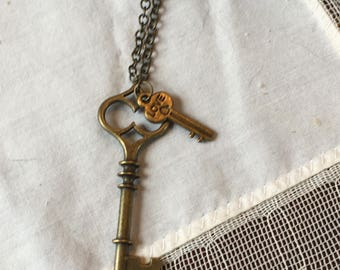 Vintage Look Keys Necklace, Pendant with 3 Keys on a Bronze Metal Chain