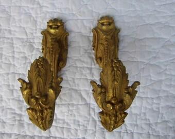 Paire de patère / Paire d'embrasse de rideau en bronze doré et mouluré, d'époque XIX ème siècle, à décor de feuilles d'acanthe