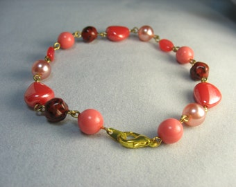 pink red glass bracelet ... all glass beaded bracelet in red and pink with gold ... ring around the rosy
