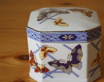 Chinese porcelain box with filigree motif