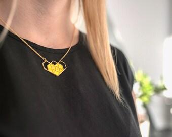 collier géométrique doré coeur en cuir jaune