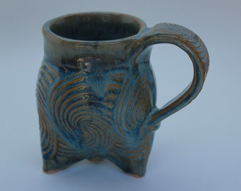 Tasse de café à trois pattes