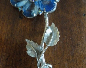 B562)  Vintage  Large Blue Rhinestone Flower Brooch