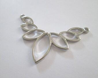 pendentif lotus stylisé plastron en métal argenté 57 x 38 mm