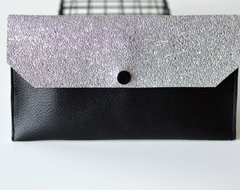 Pochette BLACK & SILVER en simili cuir munie d'une pression noir