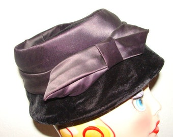 Mid Century Maybe as early as the 30's Vintage Black Velvet Mad Little Bucket Hat Satin Ribbon 21-22
