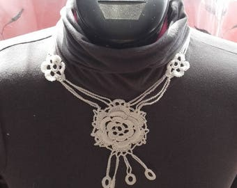 The Choker necklace with white flowers