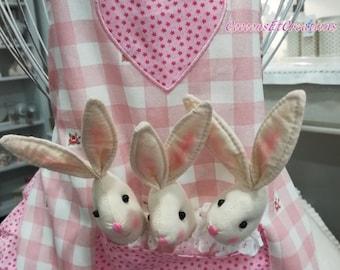 Très beau et original tablier enfant, Tits lapins/doudou dans la poche