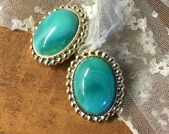 Biggish Oval Turquoise Blue Lucite Cabochon Earrings Clip On Unsigned Silver Tone Beaded Surround Lightweight Eye Catching Mottled Swirled