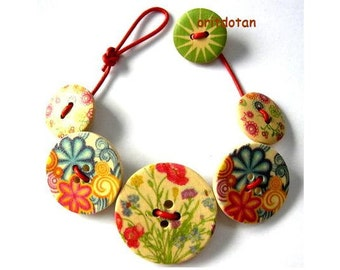 Button bracelet jewelry made of printed wood buttons