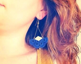 """Boucles d'oreille Bleu marine en crochet et cuir doré """"AEMULA"""" - Bijoux Boho, Mariage / Quotidien - Collection """"Gypsy Chic"""""""