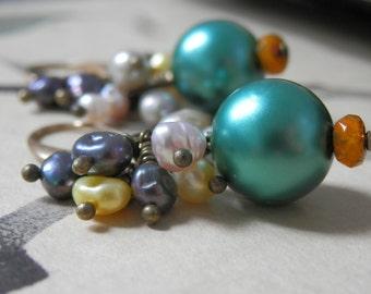 Pearl cluster earrings with multicolored pearls. Aretes de perlas multicolores.