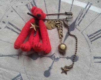 Broche-breloques avec Hope le petit ours rouge en laine cardée   / Fait main