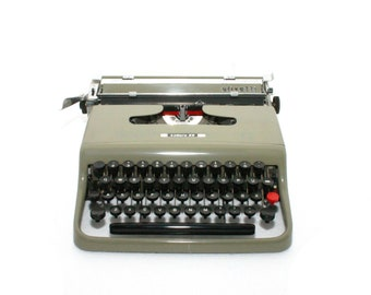 Typewriter Olivetti Lettera 22 1950 FIRST edition Taupe Embossed Logo Chrome Wooden Case Rar Rare Portable Qwerty Working Superior