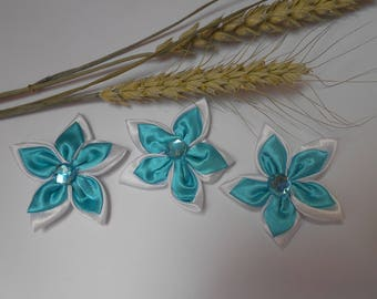 3 flowers in satin white and turquoise 6 cm