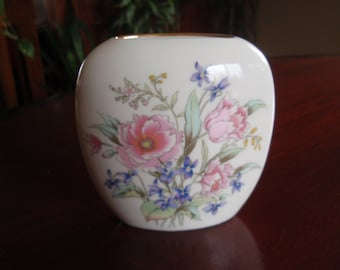 Fine China Vase with Floral décor Japan Collectible Home and Living décor C344