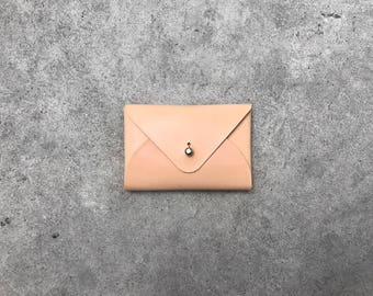 The flapjack leather wallet in natural
