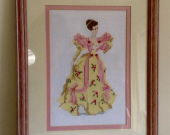 Enmarcado Crossstitch figura de mujer en un vestido de salón de baile. Debajo del cristal.