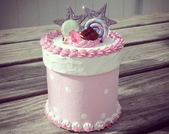 Decoden pink polka dot macaroon box