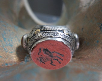 Old Stamp Ring with Sparkling Sunstone & 2 x Carnelean Stone at the sides, US ringsize 8