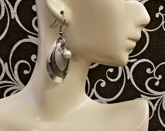 Silver and frost 3 scale dragon scale earrings with white pearl, chainmaille earrings, scale maille earrings