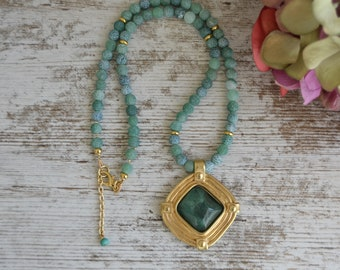Necklace in green agates Ice with Zamak beads with gold bath.