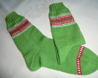 Damensocken grün mit hübscher Bordüre in rot und weiß Gr. 37/38 hochwertige Sockenwolle von Hand in Runden ohne störende Nähte gestrickt