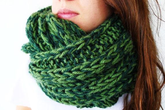 Bufanda infinity verde hecha a mano. Cuellos de punto para