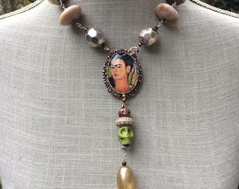 "Sautoir Frida Kahlo ethnique, cabochon, perles et breloques ""Frida et les calaveras"""