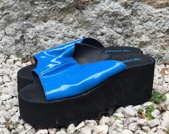 Ciabatte Vintage/ anni '90/ zeppa/ vernice/ nero e blu elettrico/ numero IT 39/ GB 6/ US 8.5/ Nuove/ Made in Italy