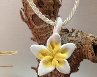 Hand-Worked ceramic pendant Polynesian flower frangipane, Biaco yellow, gift S. Valentino, birthday gift, ceramic jewelry
