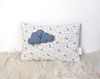 Coussin médaillon nuage et petits oiseaux - Coton bio et oeko-tex - Blanc, bleu et gris