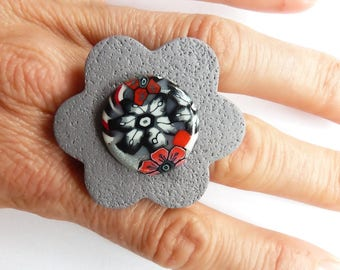Gray flowers on the big flower cabochon ring