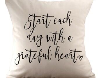 Beginnen Sie jeden Tag mit ein dankbares Herz < 3 - Kissenbezug - 18 x 18 - wählen Sie Ihren Stoff und Schriftart Farbe