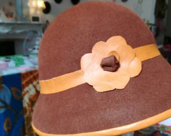 Hat in brown felt and leatherette caramel