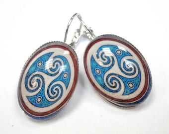1 pair of earrings size 25 x 18 mm with glass cabochon