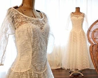 Vintage 1950s ivory white lace sweetheart neck scalloped trim long sleeve full tulle skirt wedding dress gown bridal 50s