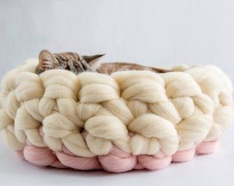 Ivory Pink Round Cat Basket, Chunky Cat Bed, Chunky Knits Merino Cat Cot, Kitten Furniture, Knitted Wool Kitty Furniture, Kitty Mat