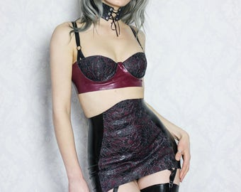 Latex girdle with textured latex-lace panel