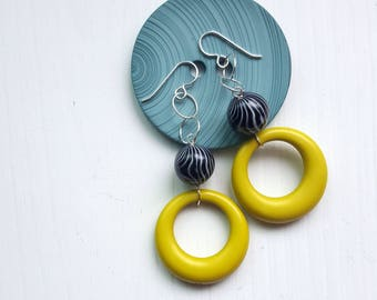 birdie numnums earrings - vintage lucite and sterling silver - black, chartreuse - hoops