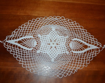 Handmade white doily, 45 cm, oval, way way table, made with fine cotton crochet.