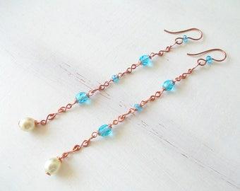 Orecchini lunghi con catena di rame fatta a mano, abbinata a perle di vetro azzurro, orecchini idea regalo per ragazze