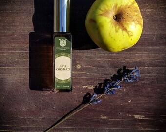 Apple orchard, natural eau de perfume,fruity chypre with galbanum, black currant bud, jasmine, champaka, oakmoss, vetiver, labdanum,  Flacon