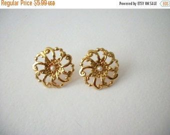 ON SALE Vintage 1960s Gold Tone Floral Earrings 8616