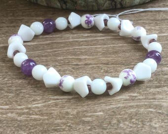 Purple and white floral stretch bracelet with amethysts