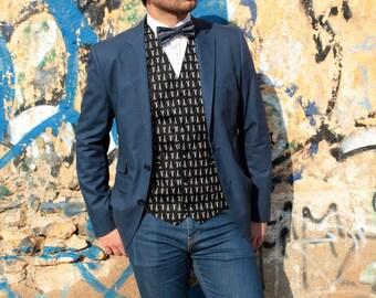 101 Chaleco Scissors. Chaleco para hombre hecho a mano con tela de algodón de gran calidad de color negro con motivos de tijeras blancas