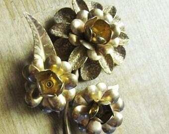 Vintage, Retro Goldtone flowered Brooch or pin. to accent the look of the day!