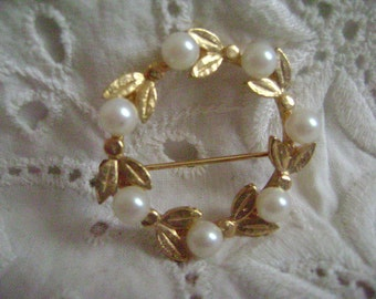 Vintage Brooch Mid Century, Costume Jewelry, Gold Tone Solitaire Faux Pearl Wire Brooch
