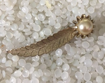 wonderful vintage barrette,gold tone leaf with a pearl, hair clip back
