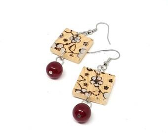 Orecchini in legno, orecchini pietre dure, perle giada rossa, disegnati a mano, pirografati a mano, regalo amante fiori, stile giapponese